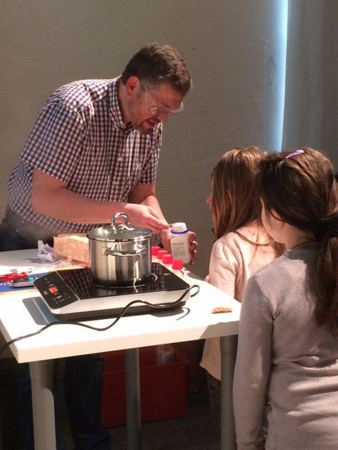 Ein Chemieexperte begeistert Kinder für naturwissenschaftliche Phänomene