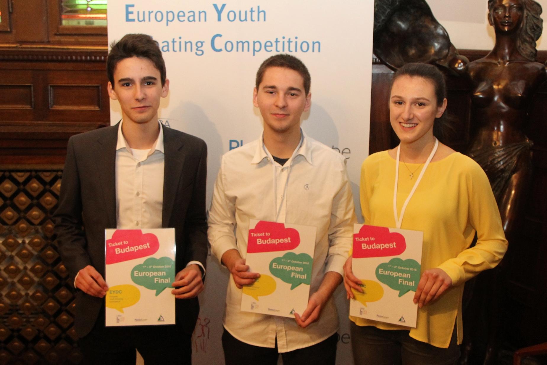 Die drei Gewinner des kroatischen Jugend-Debattierwettbewerbs: Luka Baković, Tomislav Veble und Matea Maloča