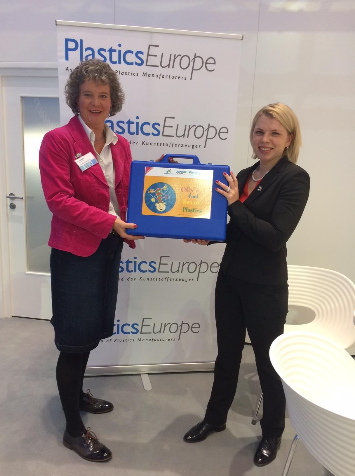 Tanja Rühl überreicht Olly's cool Box of Plastics an eine Vertreterin der Russischen Chemie-Union