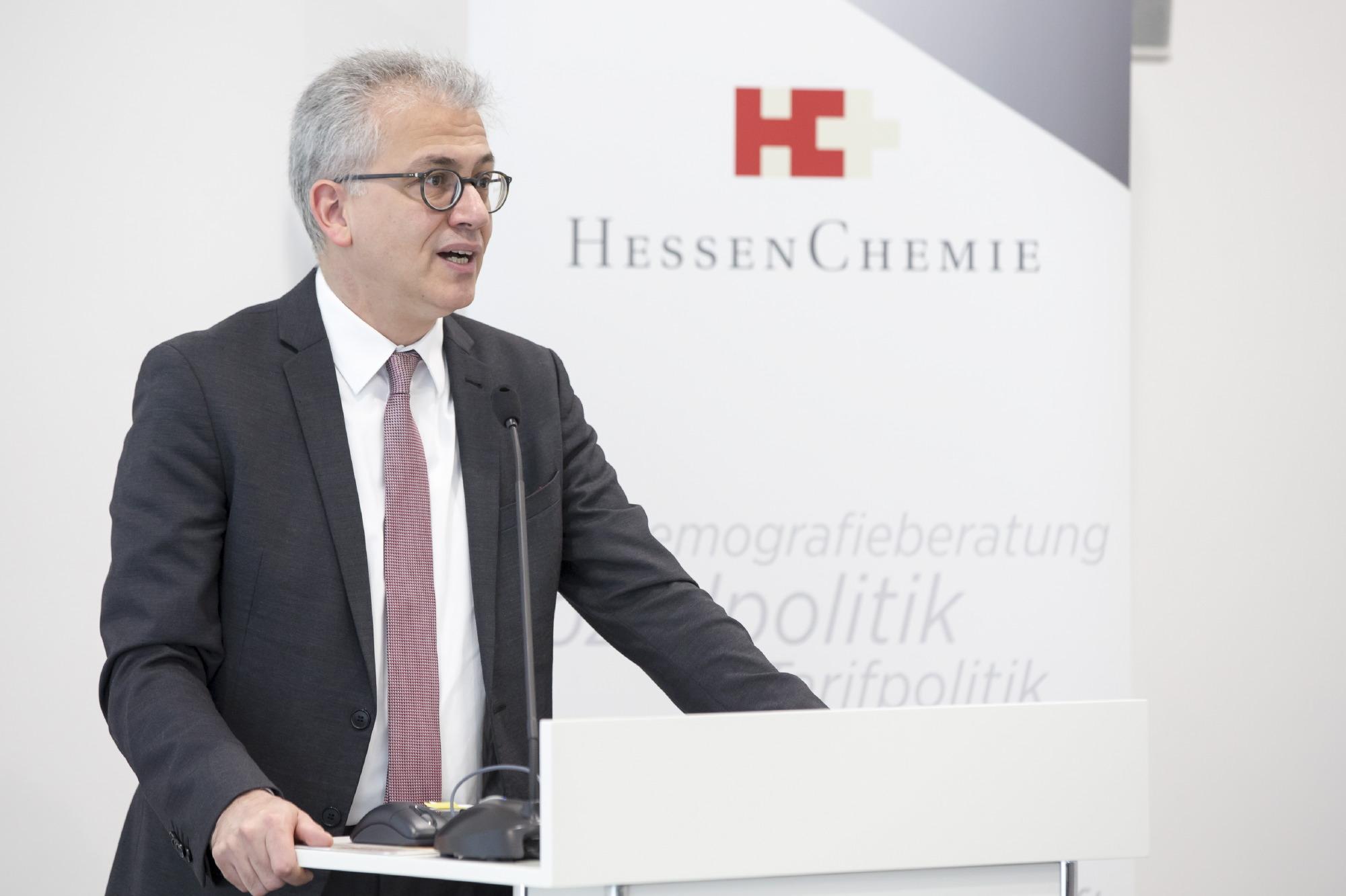 Hessens Wirtschaftsminister Tarek Al-Wazir bei seinem Grußwort