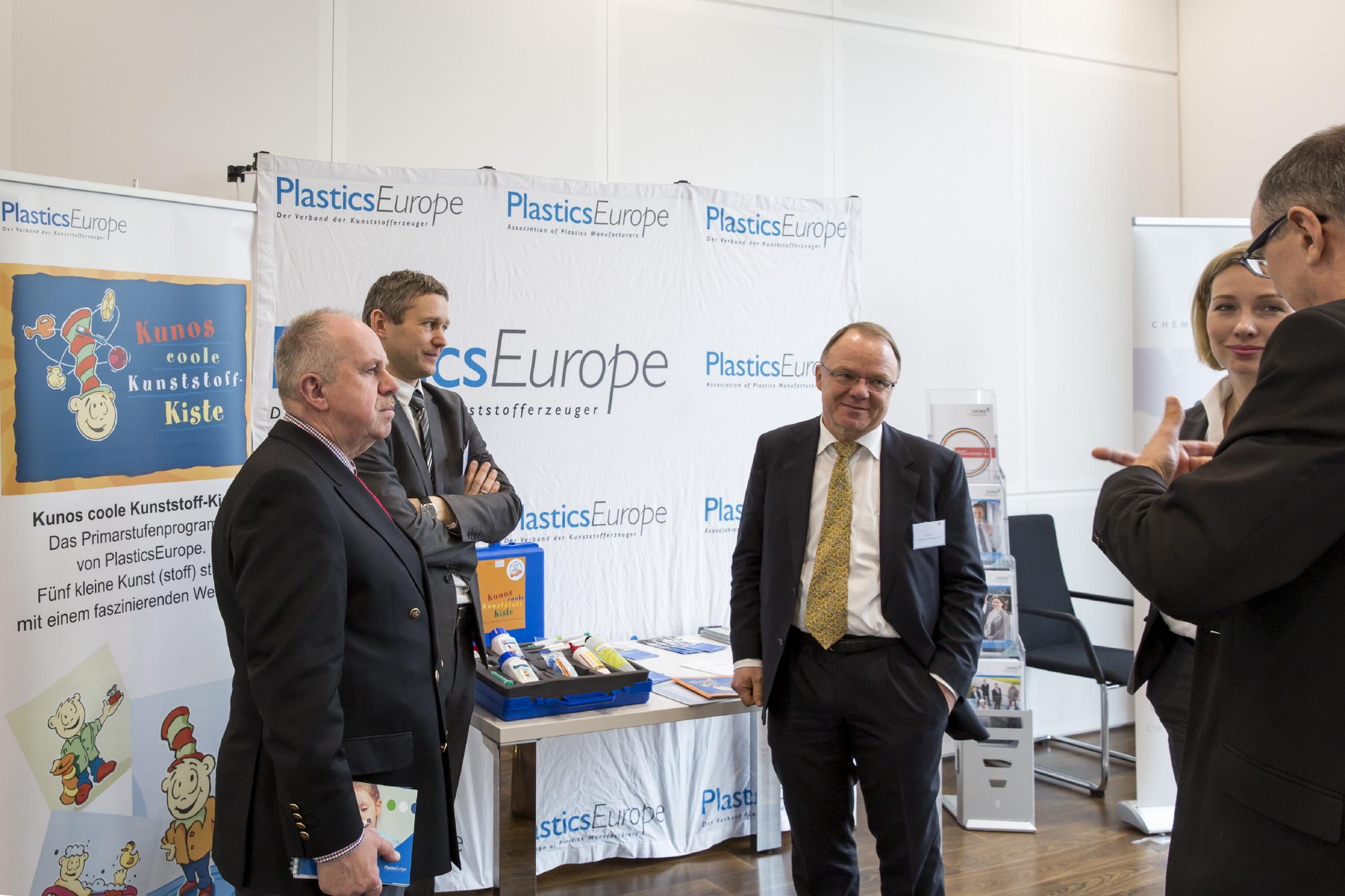 Anregende Diskussionen am Schularbeitsstand von PlasticsEurope