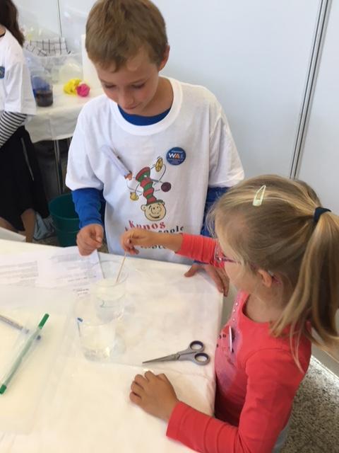 Tage des Wissens: Kinder beim Experimentieren